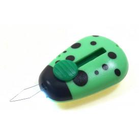 enfile aiguille coccinelle à lumière LED vert
